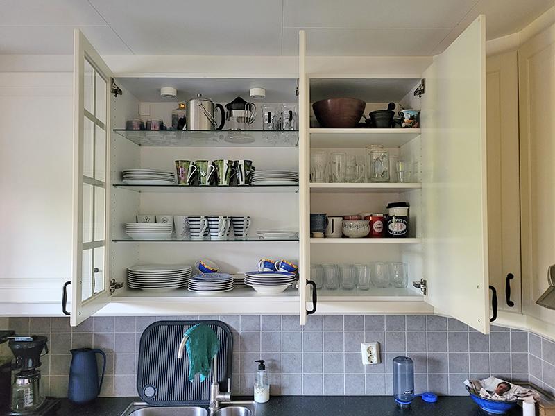 Eksempel kjøkken - åpne vitrinedører